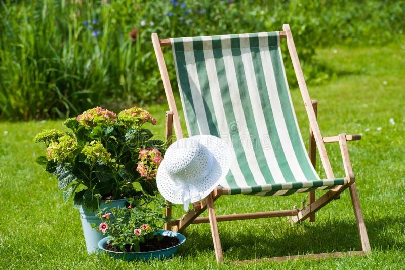 Download идиллия сада стоковое изображение. изображение насчитывающей идиллия - 41661529