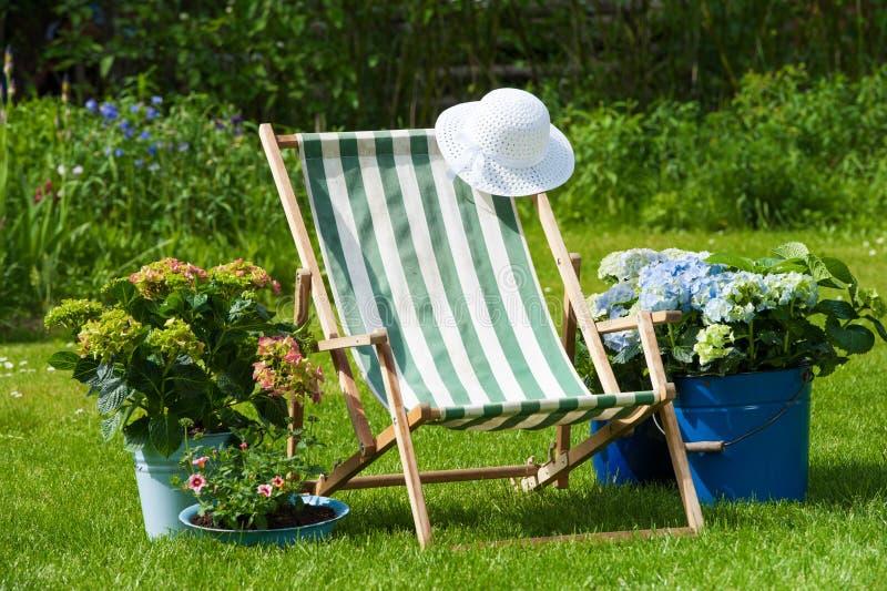 Download идиллия сада стоковое изображение. изображение насчитывающей стул - 41662261