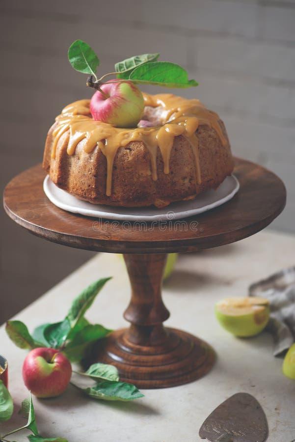 И карамелька меда Spiced кардамоном все торт Яблока пшеницы стоковые изображения rf