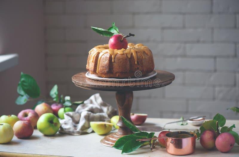 И карамелька меда Spiced кардамоном все торт Яблока пшеницы стоковые фото