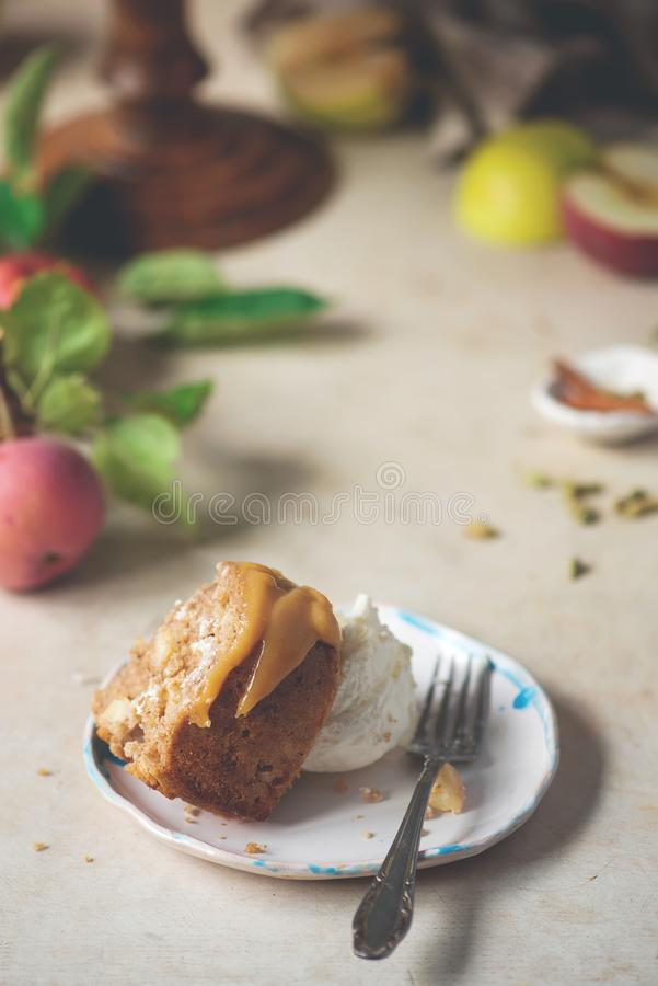 И карамелька меда Spiced кардамоном все торт Яблока пшеницы стоковое изображение rf