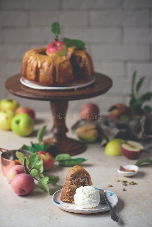 И карамелька меда Spiced кардамоном все торт Яблока пшеницы стоковые фотографии rf