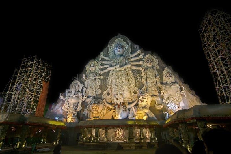 Идол Durga крупнейшего в мире на фестивале Puja, 70 футах высокорослых, сделанном из глины стоковая фотография