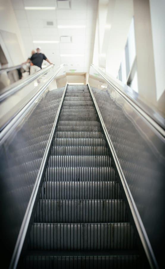 Идти вверх эскалатор стоковое изображение