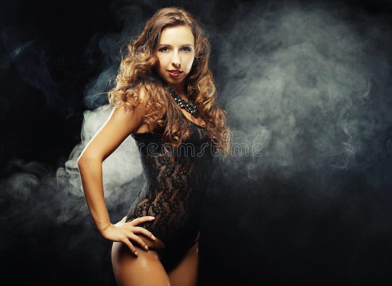 Идти-идет танцор в черном платье стоковое изображение