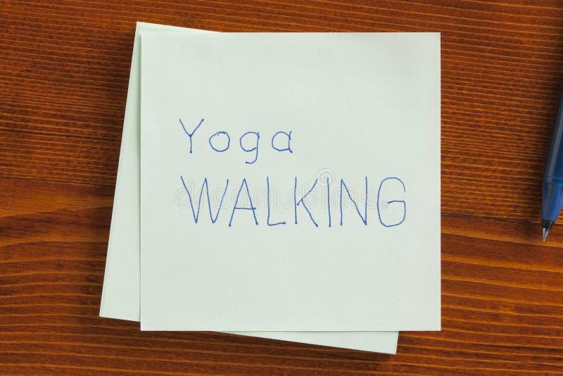 Идти йоги написанный на примечании стоковые фото