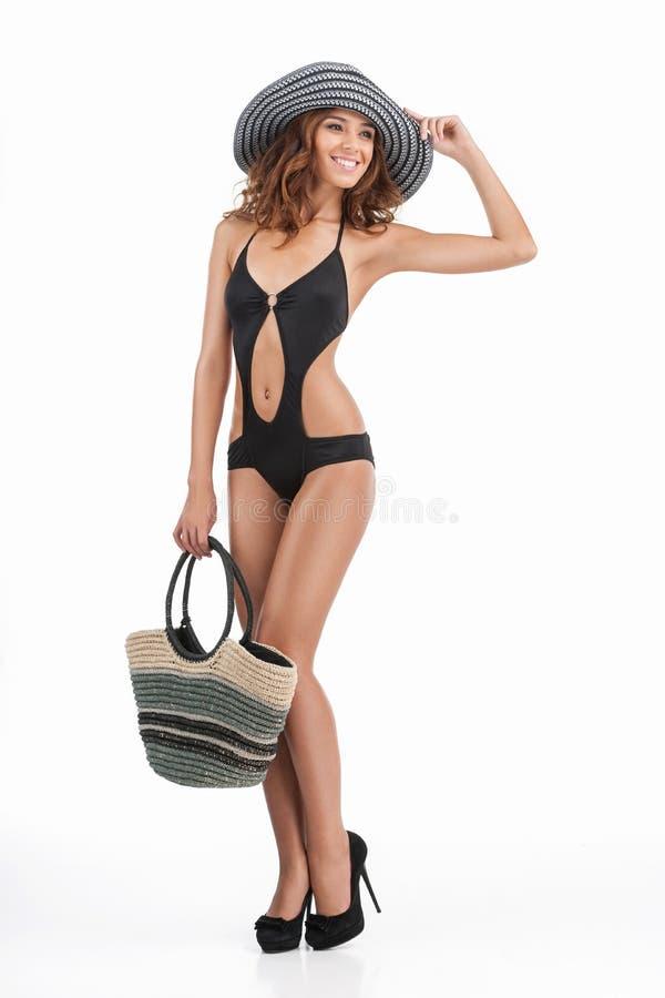 Идти к пляжу. Во всю длину привлекательных молодых женщин в swi стоковые фото