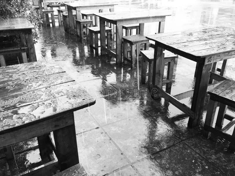 Идти дождь сделанный нас чувствовать голубой стоковые фото