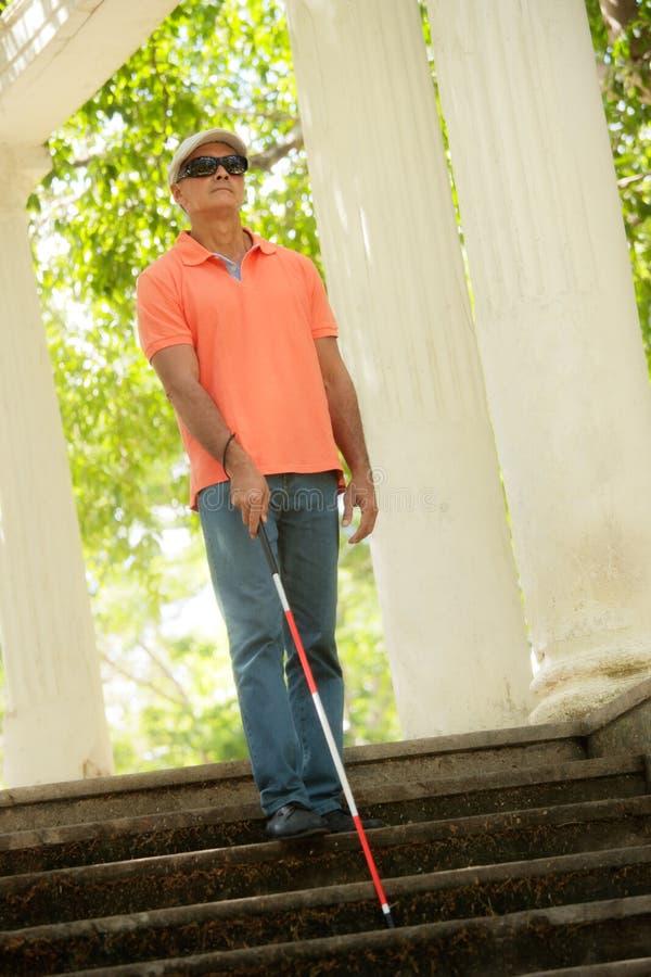Идти слепого и нисходящие лестницы в парке города стоковые фото