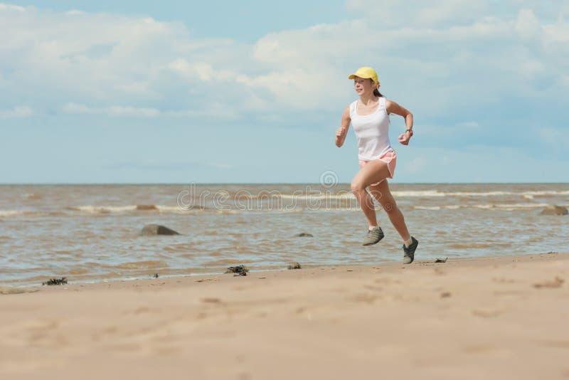 Идущая женщина стоковые изображения rf