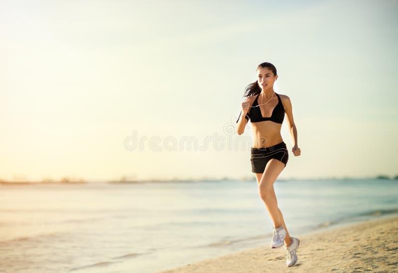 идущая женщина стоковое изображение