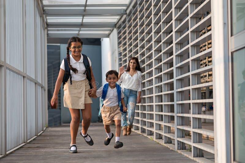 идущая школа к стоковое фото rf