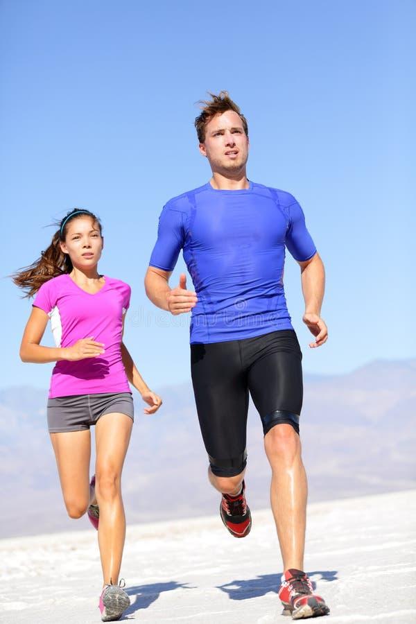 Идущий человек спортсмена спорта sprinting в беге следа стоковые фото