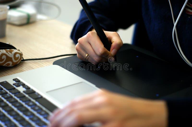 Иллюстратор используя графическую таблетку стоковые изображения rf