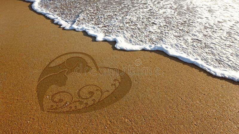 Иллюстрация песка любовника кота собаки в пляже стоковые изображения