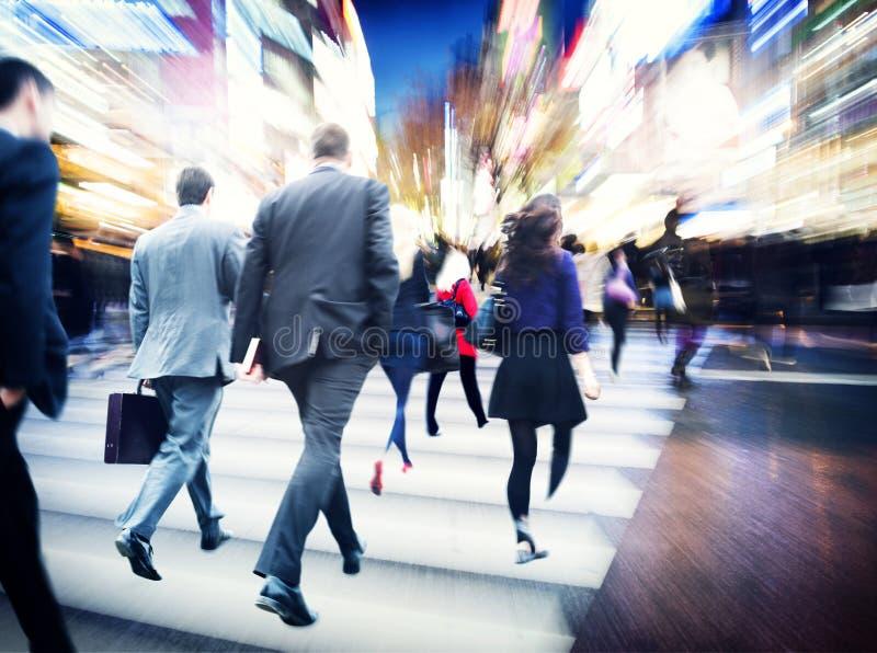 Идя бизнесмены концепции города движения перемещения регулярного пассажира пригородных поездов стоковые фотографии rf