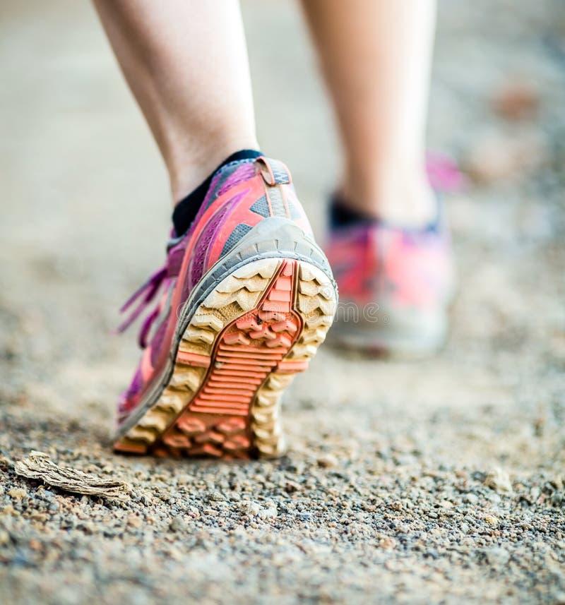 Идя или бежать ноги, приключение и работать стоковая фотография