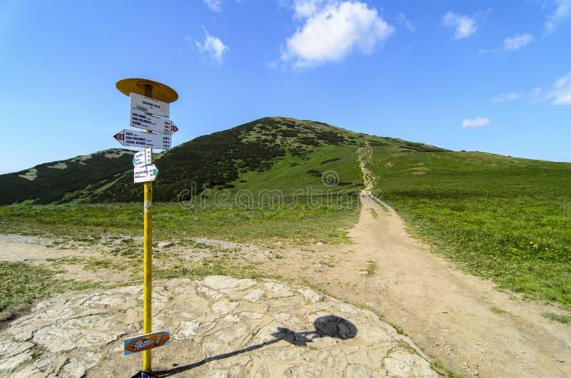 Идя путь с guidepost в национальном парке Mala Fatra стоковое фото rf