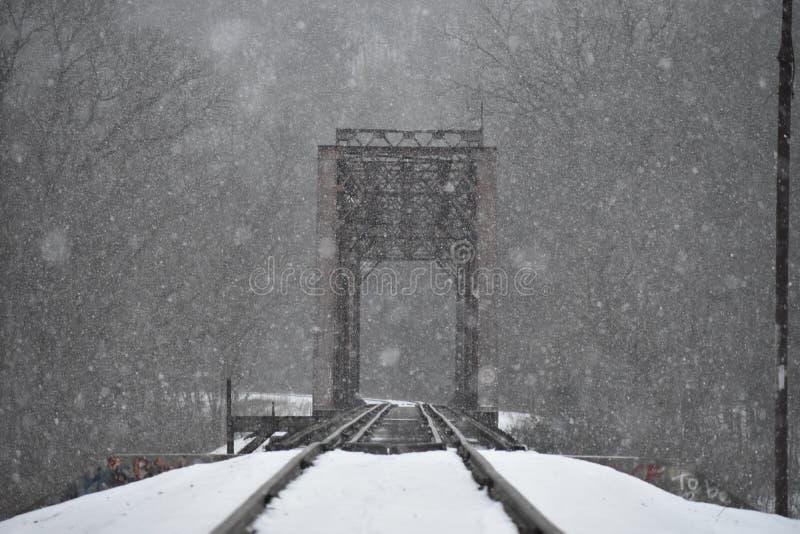 Идя снег рельс стоковая фотография