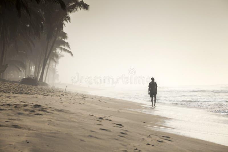Идя человек на красивом тропическом пляже стоковое изображение