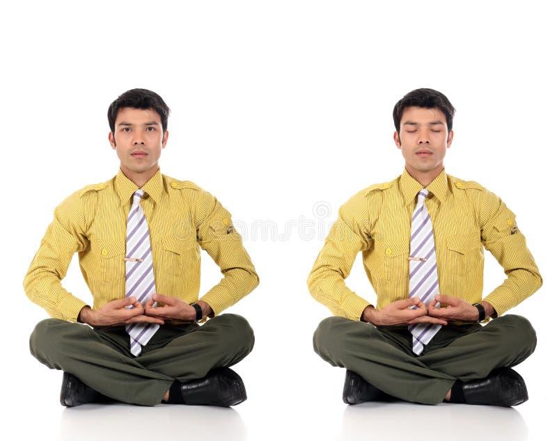 йога азиатского бизнесмена meditating стоковые фото