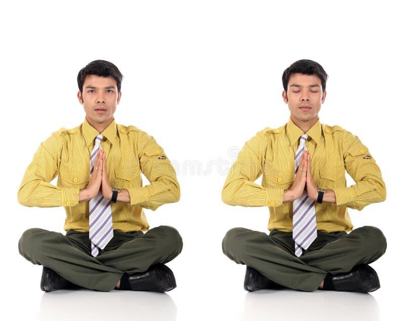 йога азиатского бизнесмена meditating стоковое фото rf