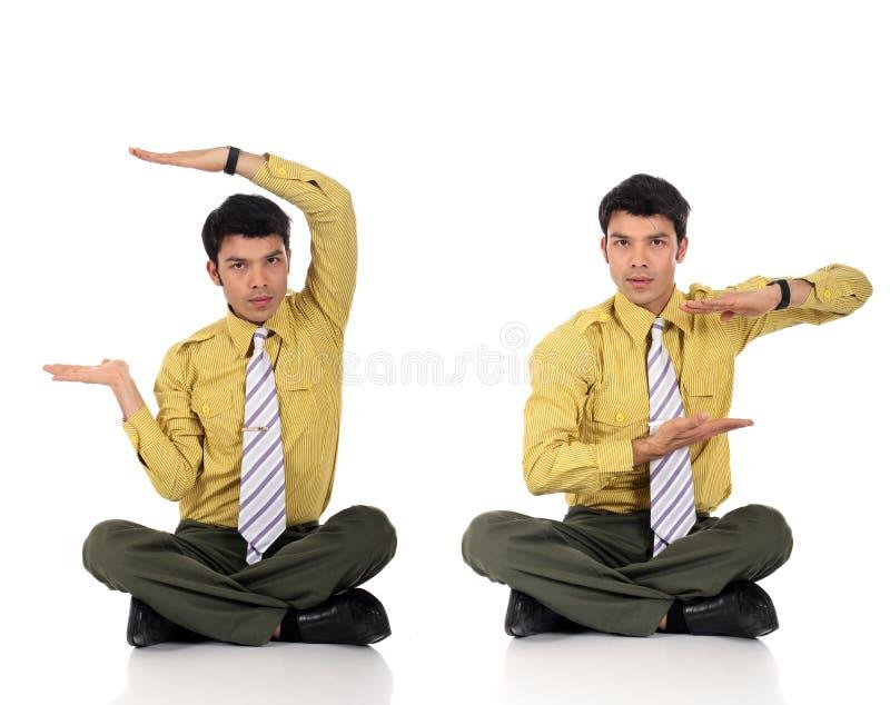 йога азиатского бизнесмена meditating стоковые изображения rf