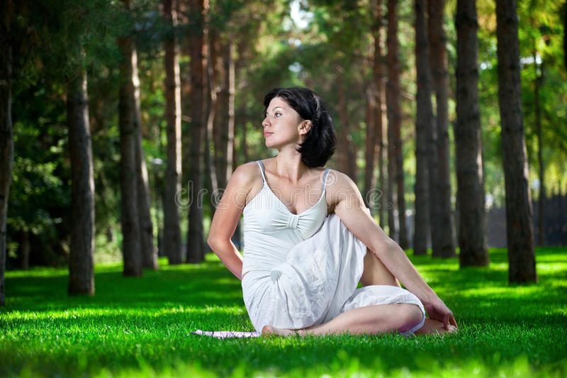 Йога в парке стоковое фото rf