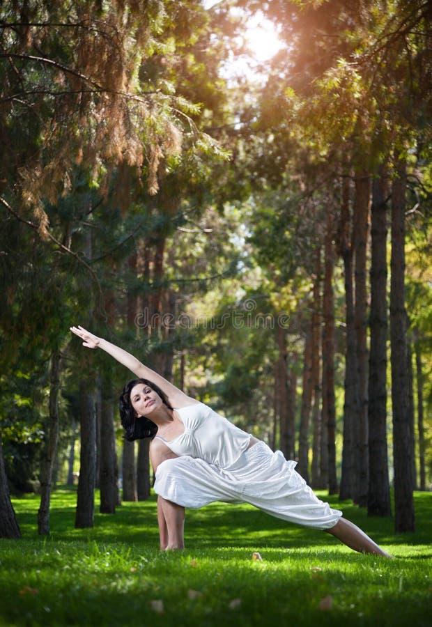 Йога в парке стоковое фото