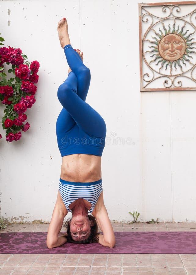 Йога в саде стоковая фотография rf