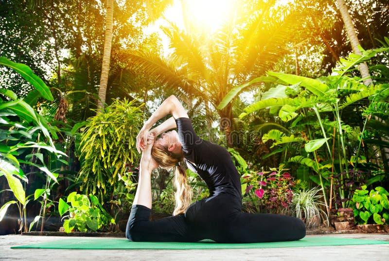 Йога в саде стоковое изображение