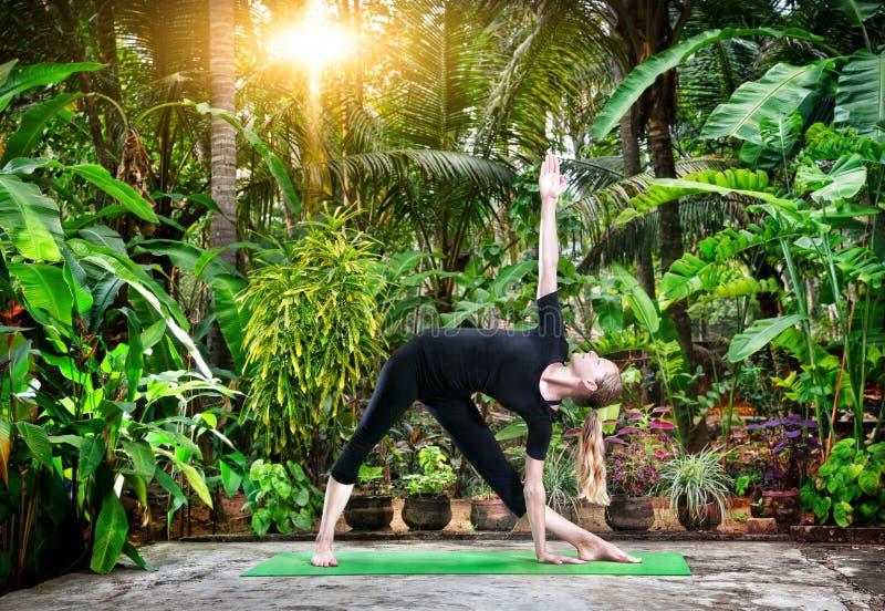 Йога в троповом саде стоковое изображение