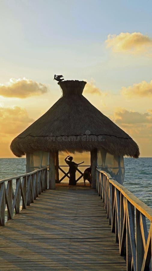 Йога в хатах пляжа на Майя Vidanta Ривьеры стоковая фотография rf