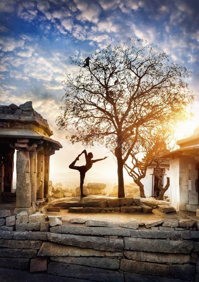 Йога в Hampi стоковое фото