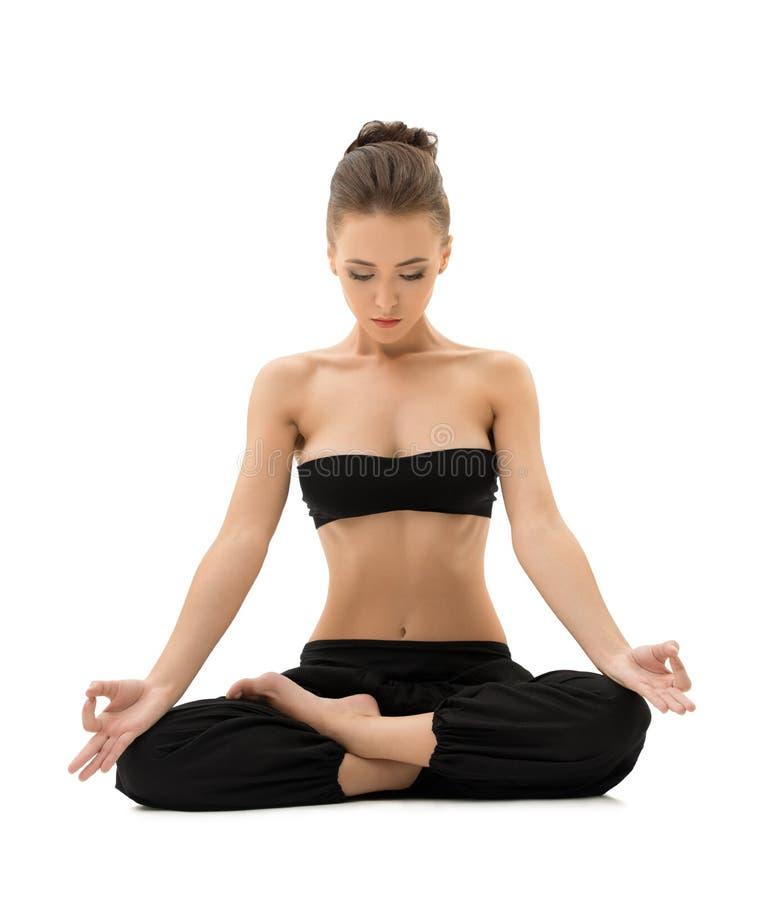 йога Девушка размышляя сидеть в положении лотоса стоковая фотография