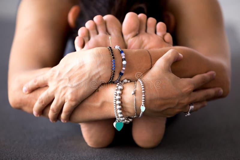Йога женщины практикуя, делая усаженный передний загиб, paschimottanas стоковое фото rf