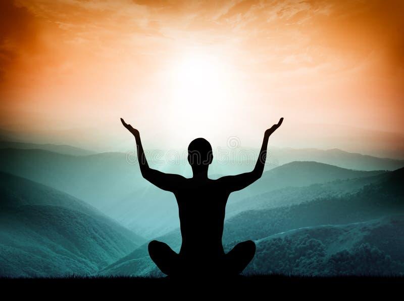 Йога и раздумье Силуэт человека на горе стоковое фото rf