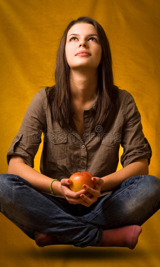 йога левитации яблока стоковая фотография rf