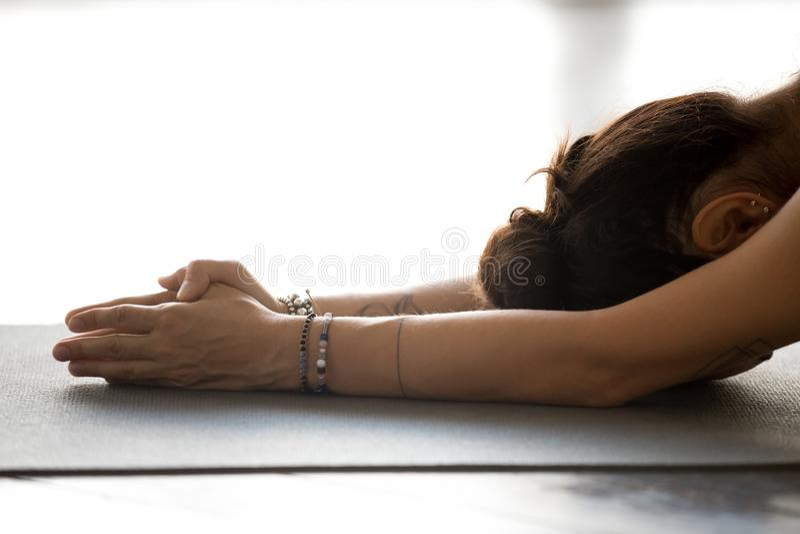 Йога молодой женщины практикуя, делая тренировку раздумья стоковое фото rf