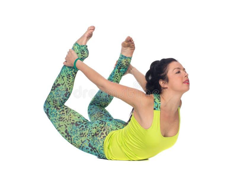 Йога молодой женщины практикуя, изолированное положение кобры, стоковое фото