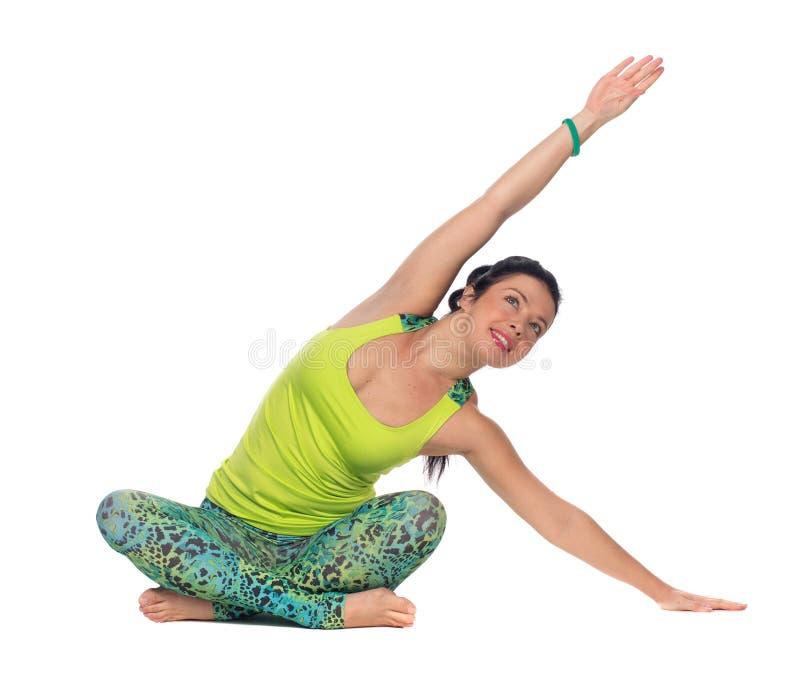 Йога молодой женщины практикуя, сидя в положении лотоса, isolat стоковое фото rf