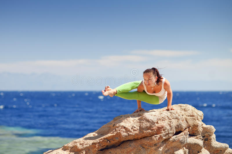 Йога на горе стоковые изображения