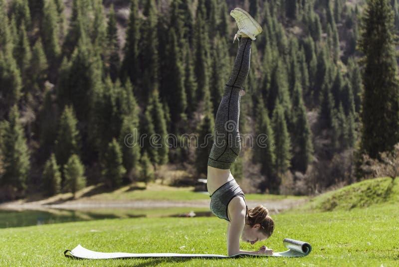 Йога на зеленой лужайке стоковая фотография