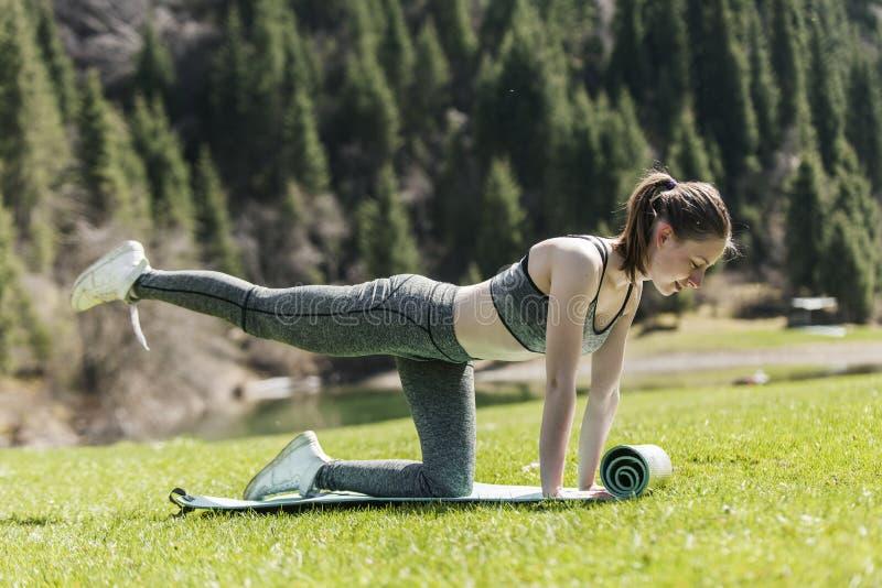 Йога на зеленой лужайке стоковые изображения