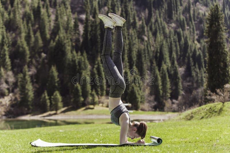 Йога на зеленой лужайке стоковые фотографии rf