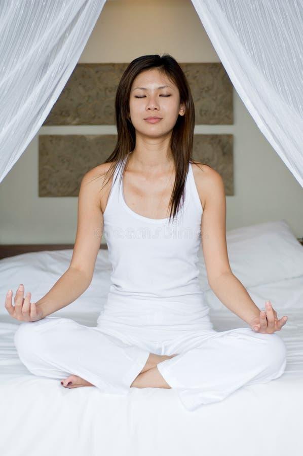 Йога на кровати Стоковые Фото