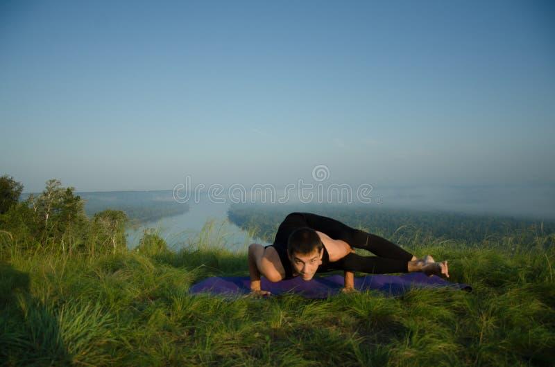 Йога на природе стоковые изображения rf