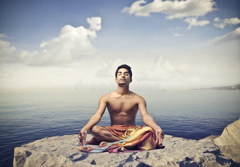 Йога на скале стоковые фотографии rf