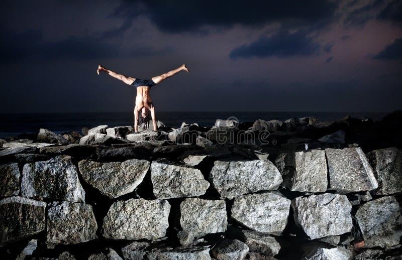 Йога на утесах стоковое изображение rf