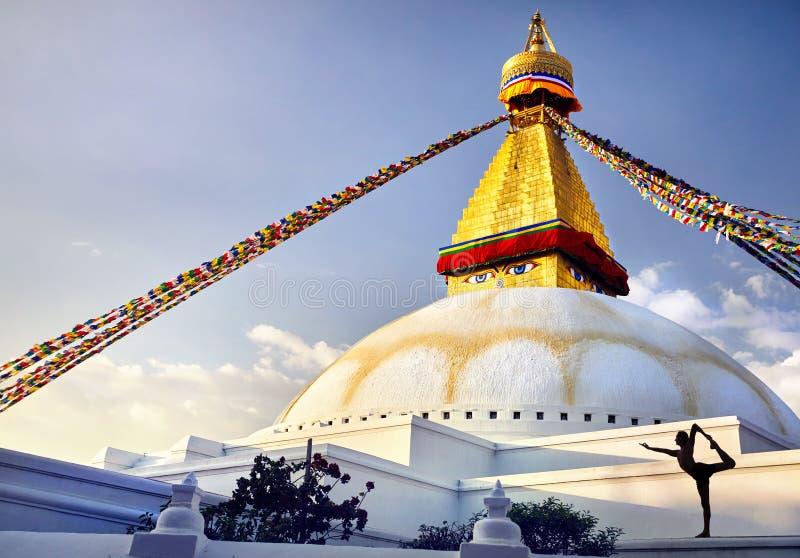 Йога на stupa Bodnath в Катманду стоковые фотографии rf